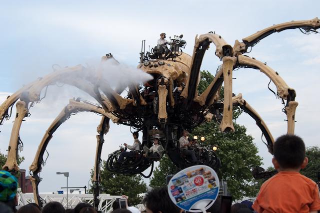 糸(?)を吐く巨大グモ。
